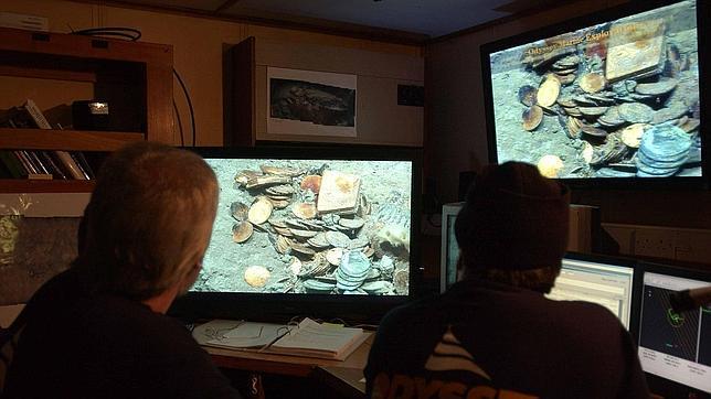 Trabajadores de Odyssey contemplan el yacimiento en 2007, cuando estaban a punto de extraer las monedas