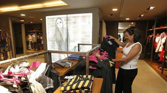 Adolfo dom nguez cierra doce tiendas en espa a y portugal for Tiendas adolfo dominguez valencia