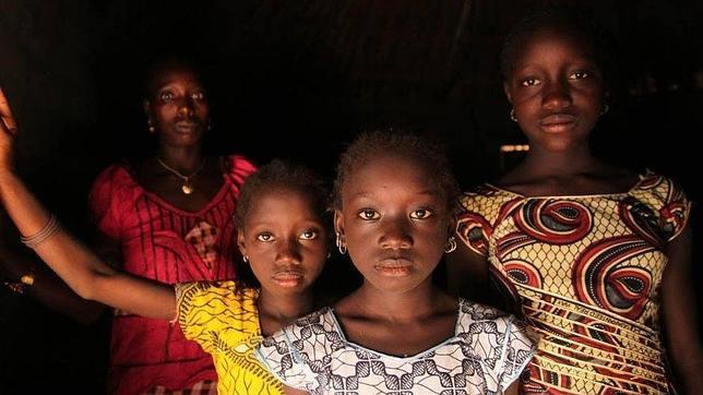 Una mujer y sus hijas en Cambadju, el primer pueblo de Guinea-Bissau que ha abandonado la práctica de la mutilación genital femenina