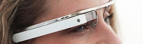 Una usuaria muestra las Google Glass
