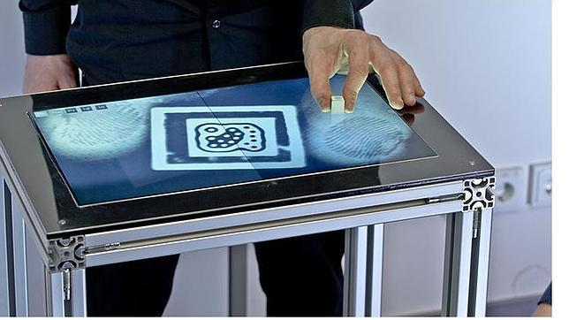 La primera pantalla táctil de sobremesa que reconoce huellas digitales