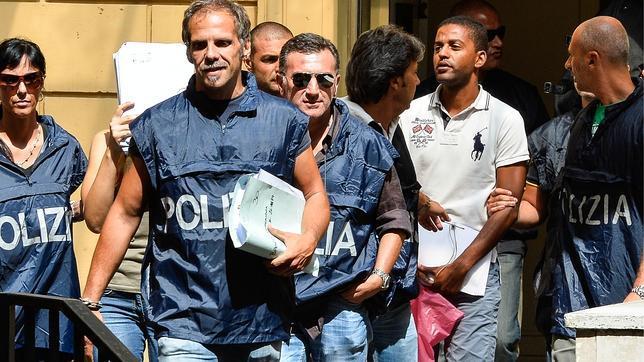 Agentes escoltan a uno de los detenidos en la operación contra la mafia en Ostia, a 30 kilómetros de Roma