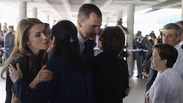 Los Príncipes, aplaudidos en Santiago tras visitar a los heridos