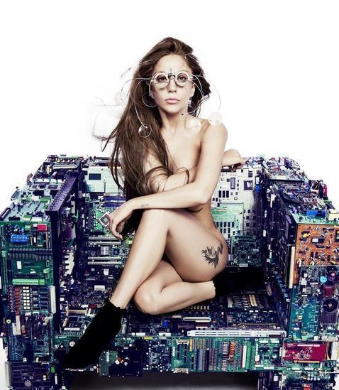 Lady Gaga posa desnuda sobre una silla hecha de microchips