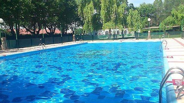 Un ni o de cuatro a os muere ahogado en la piscina for Piscina ciudad jardin sevilla