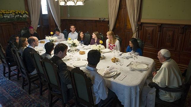 El Papa, durante el almuerzo con jóvenes de la JMJ en el Palacio Arzobispal.