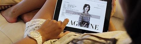 Una usuaria consulta su iPad