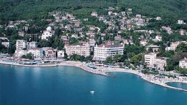 Opatija, en el arranque del borde oriental de la península de Istria