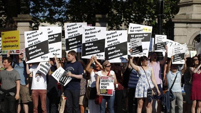 El presidente irlandés promulga la ley que autoriza el aborto si hay riesgo de suicidio de la madre