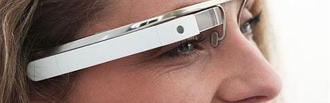 Una usuria muestra las Google Glass