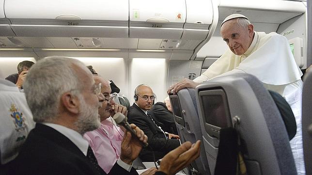 Todo lo que dijo el Papa Francisco en el avión de Río de Janeiro a Roma