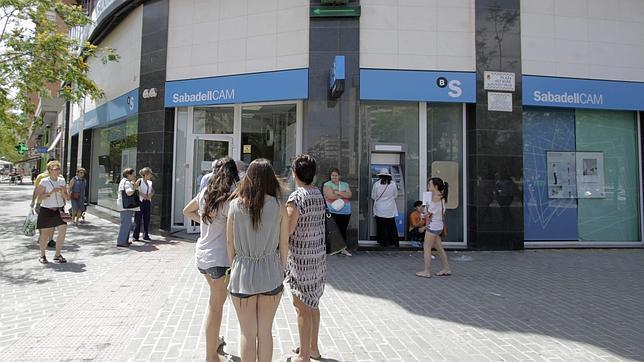 Banco sabadell supera los efectos negativos por la for Oficinas banco sabadell valencia