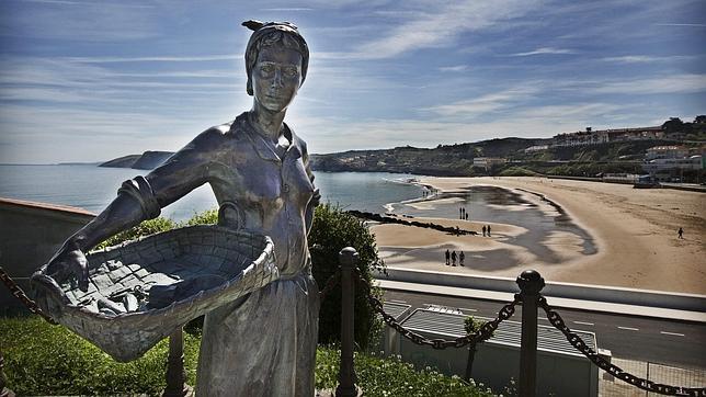 Vista de la playa desde el monumento a la pescadora