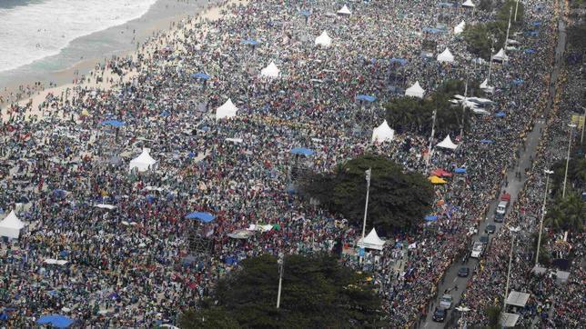 El Papa y tres millones de jóvenes rezan en Copacabana por las víctimas del accidente de Santiago