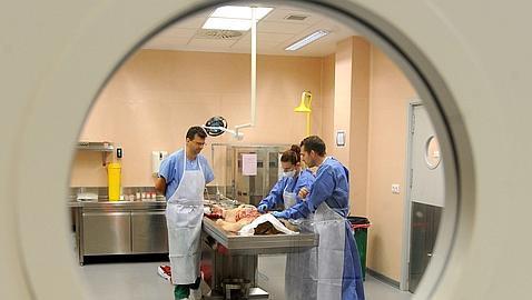 Pratcian una autopsia en el depósito de cadáveres