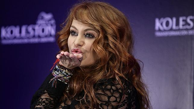 La cantante cambia de look para convertirse en imagen de una firma de cosméticos