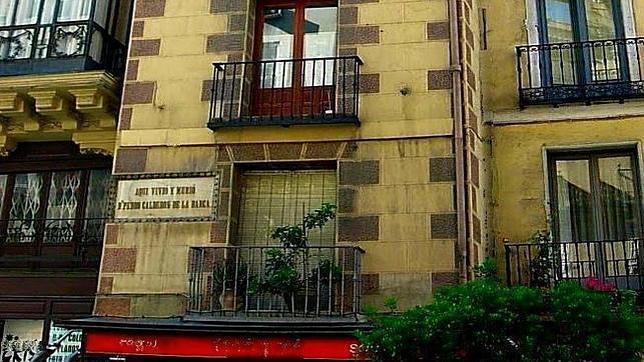 La fachada del edificio donde vivió Calderón de la Barca es conocida como «La casa estrecha»