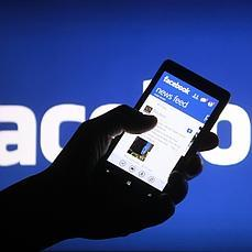 Un usuario mira Facebook en el móvil