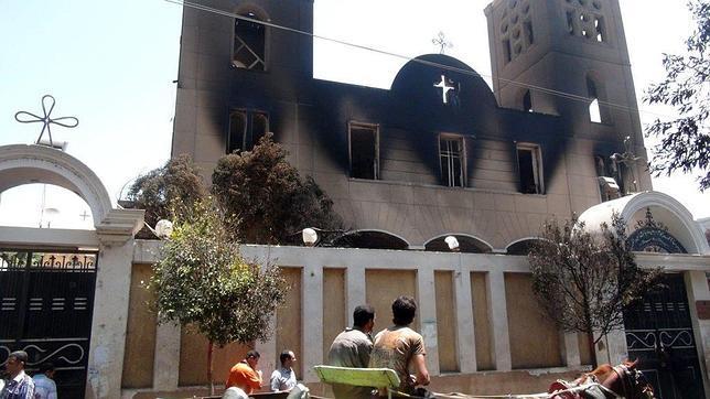 Queman 49 Iglesias y atacan decenas de instituciones cristianas en Egipto