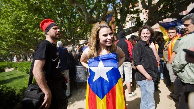 María Lapiedra, envuelta con una «estelada» ante el Parlament