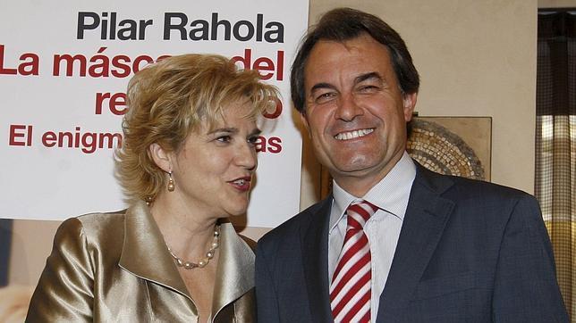 Pilar Rahola, junto a Mas durante la presentación de «La máscara del rey Arturo»