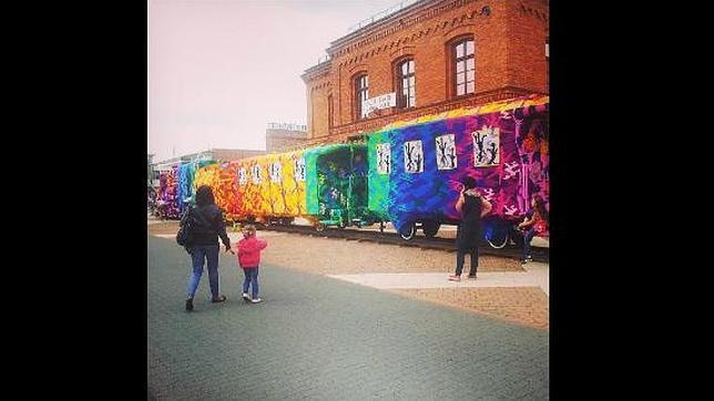 Un tren forrado de ganchillo, una de las más famosas performances de Agata Oleksiak