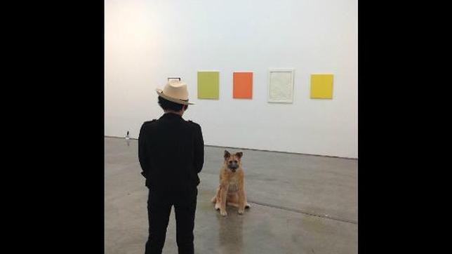 Yoko Ono, de espaldas en una exposición