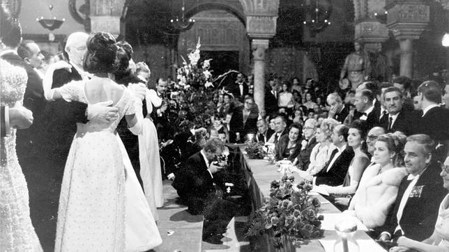 El baile de debutantes de 1966, en el que aparecen los Príncipes de Mónaco, duques de Medinaceli, Jacqueline Kennedy y los duques de Alba