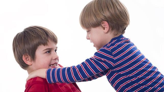 Sabes si tu hijo est siendo acosado por su hermano for Que regalar a un hermano