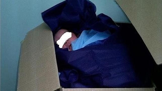 Polémica en Venezuela por la foto de un recién nacido una caja de cartón