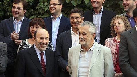 Griñán, presidente del PSOE, junto a Rubalcaba