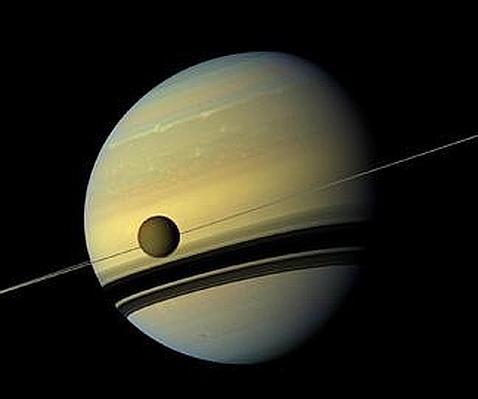 Titán, cubierta por un grueso escudo de hielo