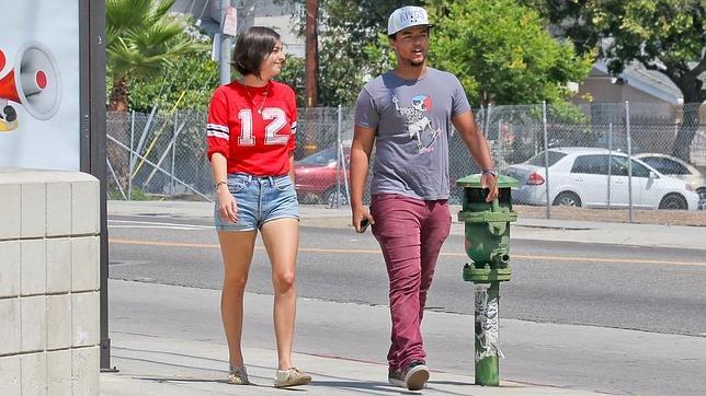 Connor Cruise, hijo de Tom Cruise, y su novia, Alanna Masterson, paseando por las calles de Los Ángeles