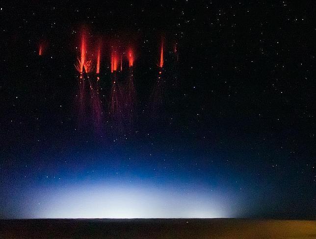 ¿Qué son estas luces rojas aparecidas en el cielo?