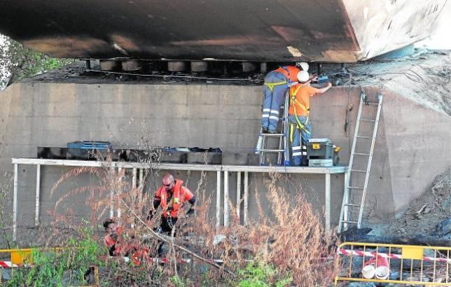 Las muestras de acero del pilar incendiado rebajan los daños del puente