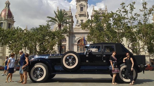 Un Jeque 225 Rabe Aparca Su Coche De Lujo En La Plaza Del