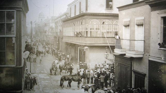 Entre Piura y Lima (en la imagen, en 1900), ciudades en las que el autor creció, se transcurre «El héroe discreto»