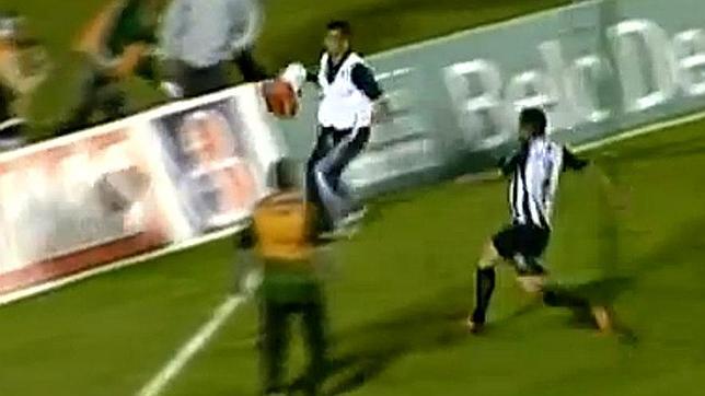Un masajista evita un gol, clasifica a su equipo y se salva de ser linchado
