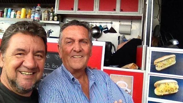 Koldo Royo, a la izquierda, en su camioneta en Palma, con el escritor Fernando Schwartz