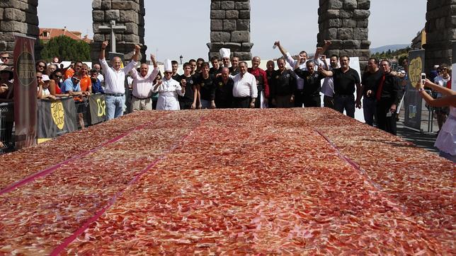 Una ración gigante de jamón a los pies del Acueducto de Segovia