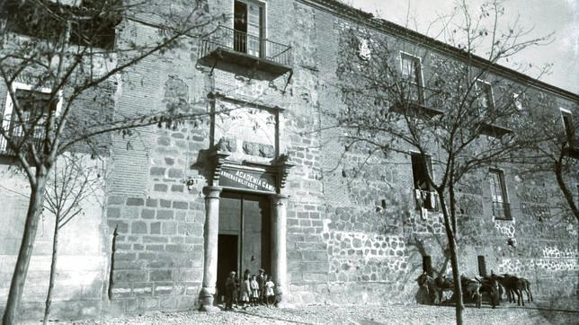 Portada del Palacio de la Emperatriz, en los años en que acogía la academia preparatoria dirigida por el comandante Mariano Gamir (Foto, Colección Antonio Pareja)