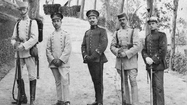 Diferentes uniformes oficiales de la Academia de Infantería en el curso de 1911 (Foto, Colección Luis Alba, AMT)