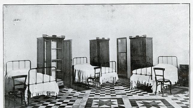 Dormitorios para estudiantes en el Palacio de la Emperatriz. Los alumnos debían pagar 50 pesetas en concepto de alquiler del mobiliario: camas, sillas, armario, etc (Foto, Archivo Municipal de Toledo)