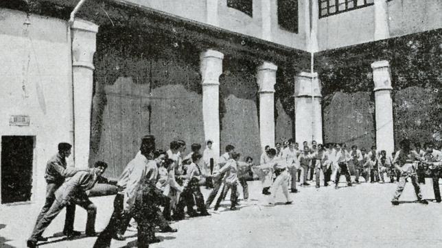 Grupo de jóvenes haciendo ejercicios físicos en el patio del Palacio de la Emperatriz (Foto, Archivo Municipal de Toledo)