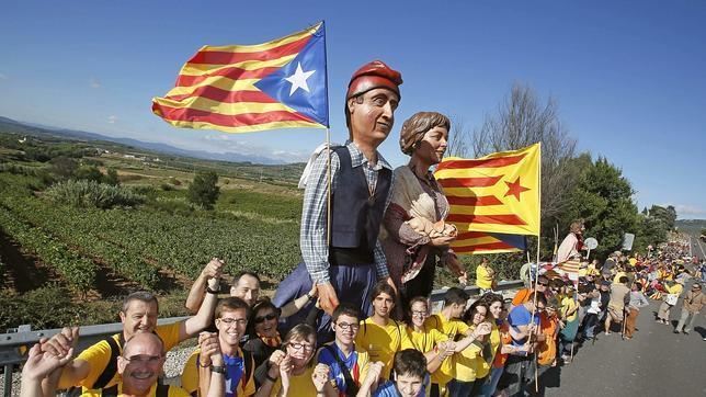 La Generalitat dice que 1,6 millones de personas secundan la Vía Catalana, mientras Interior baraja 600.000