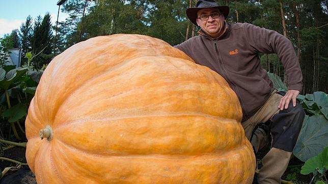 Este granjero alemán posa con la calabaza de 320 que ha cultivado en el jardín de su casa