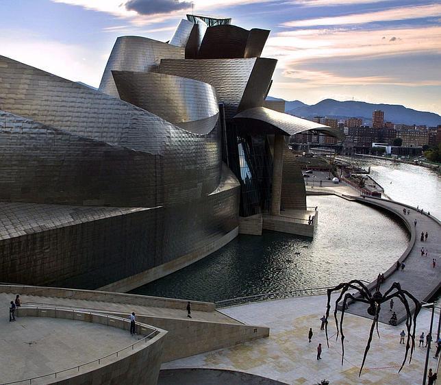 El Guggenheim de Bilbao crea una visita para personas con discapacidad visual
