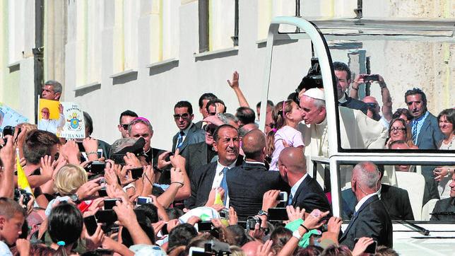 Papa Francisco: «Ayudar a los pobres para quedar bien es pecado grave»