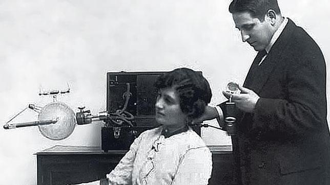 Mónico Sánchez toma una radiografía de la mano de una mujer