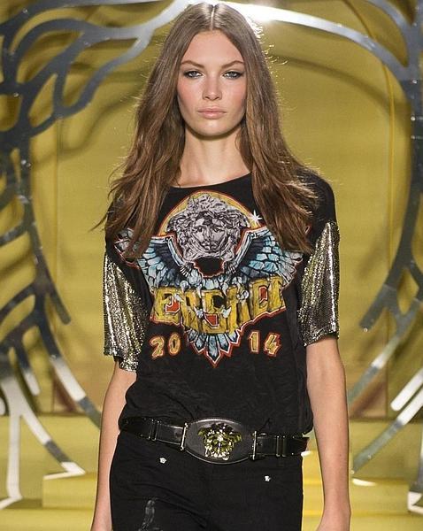 Una de las camisetas rockeras del desfile de Versace
